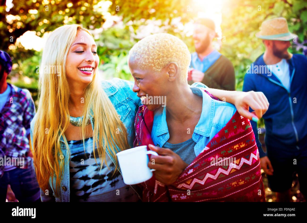 Gli amici all'aperto Camping Holiday allegro concetto Immagini Stock