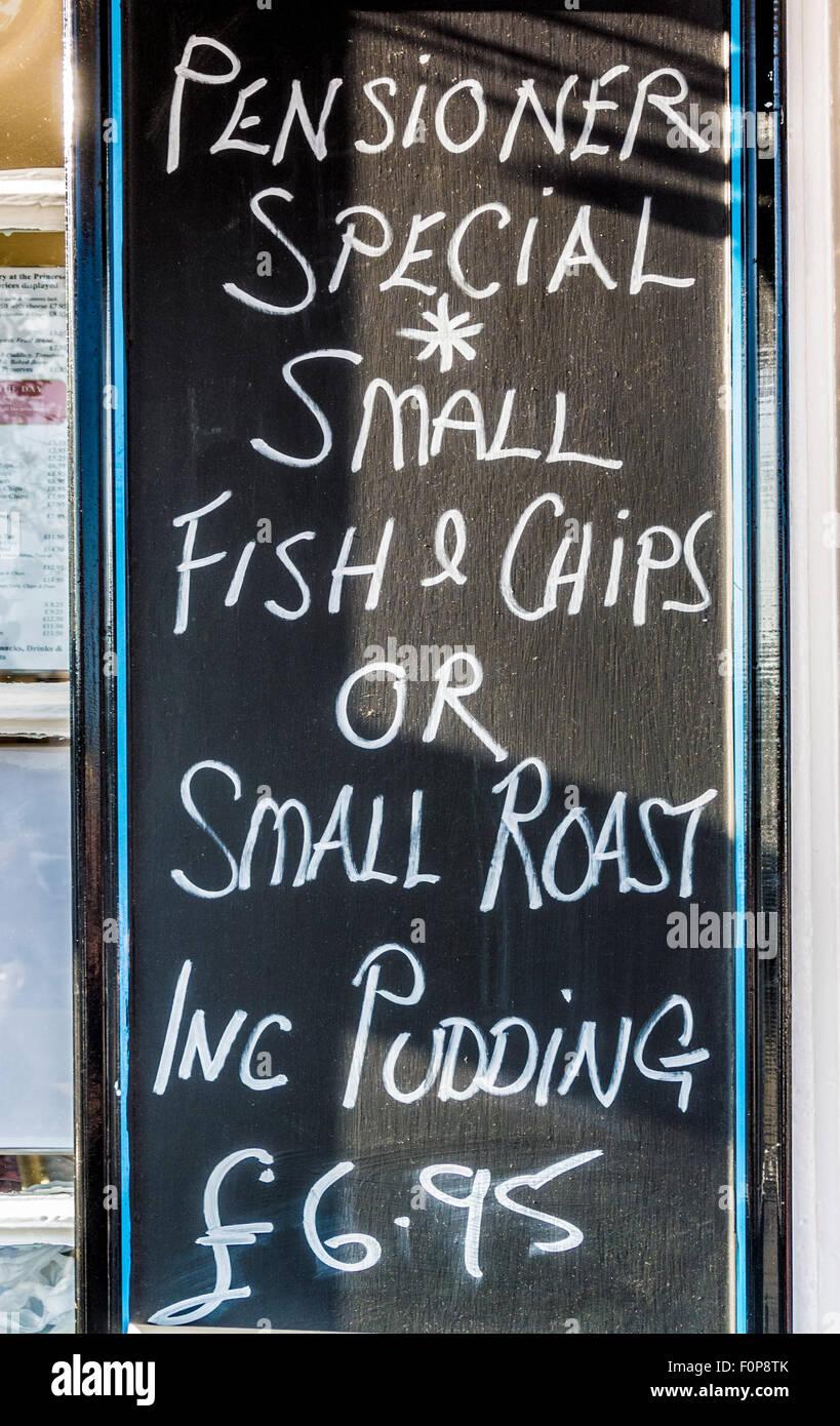 I pensionati pasto speciale segno della trattativa al di fuori di Seaside Cafe Immagini Stock