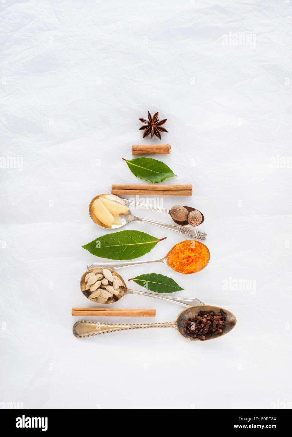 Un albero di Natale forma resa con cucchiai e spezie cannella noce moscata star anis foglie di alloro chiodi di Immagini Stock