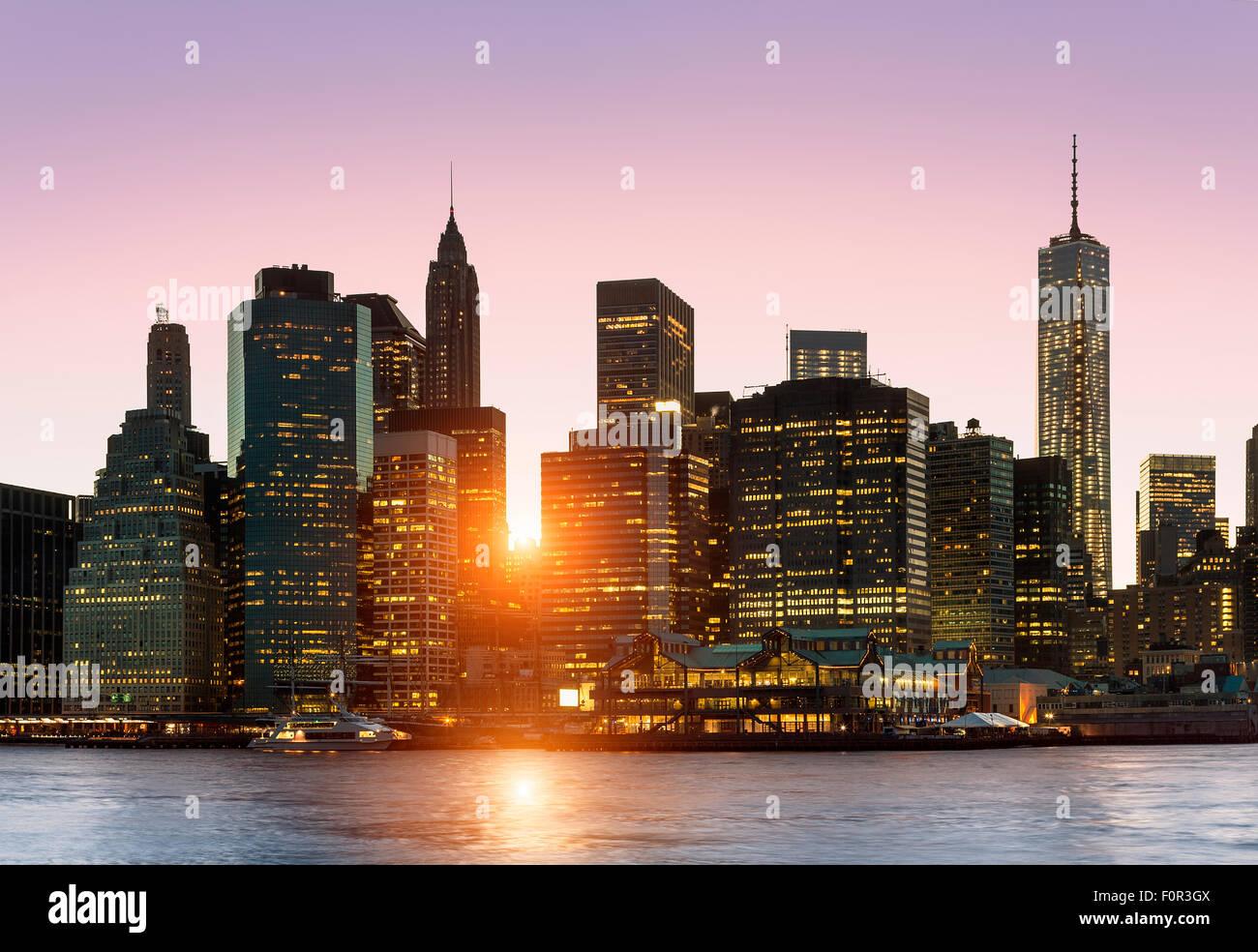New York skyline della città di notte Immagini Stock