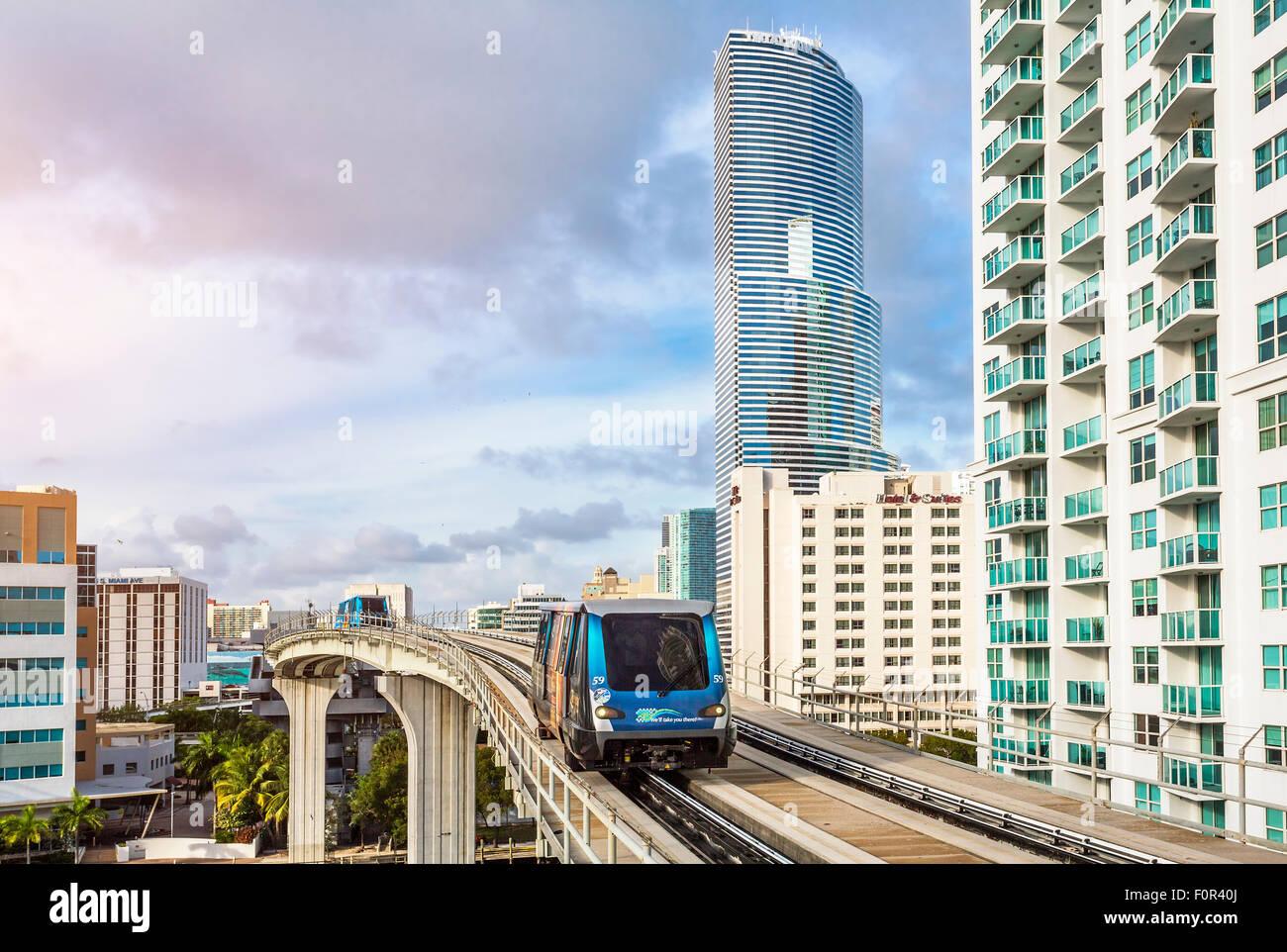 Metrorail e Torre di Miami, il centro cittadino di Miami. Immagini Stock