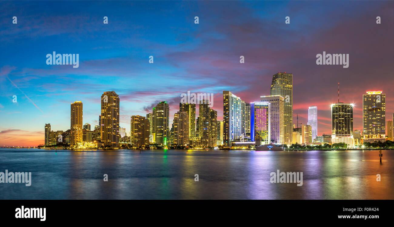 Florida, lo skyline di Miami al crepuscolo Immagini Stock