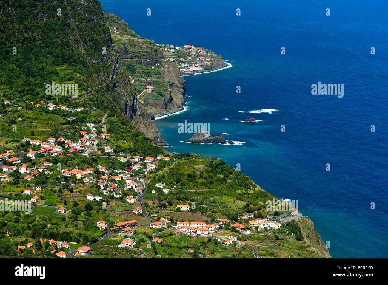 Costa nord con il villaggio di Arco de Sao Jorge, Madeira, Portogallo Immagini Stock