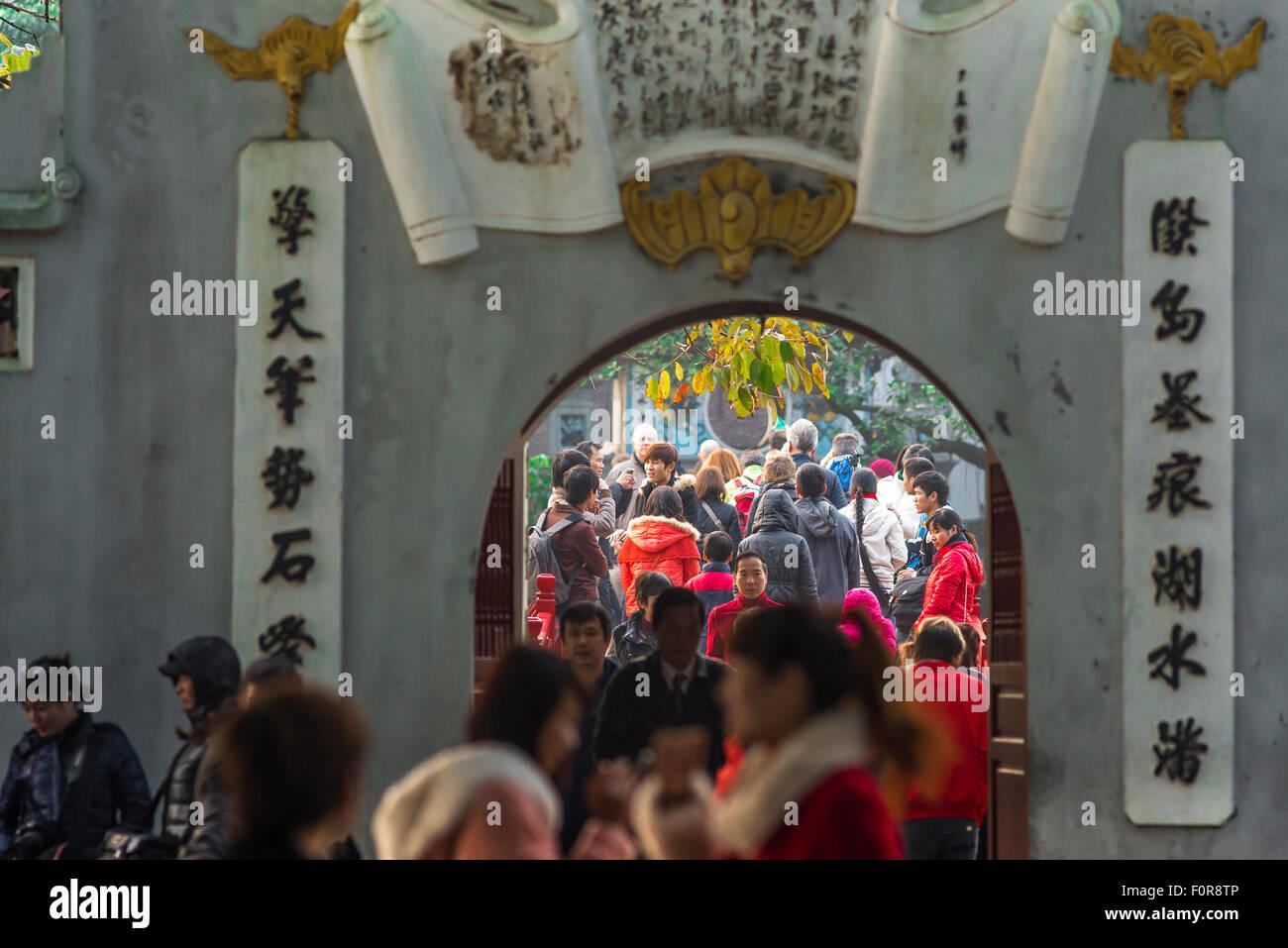 Hanoi turisti, vista di turisti affollano l'approccio a Huc ponte mentre visitando il Tempio del tumulo di giada Immagini Stock