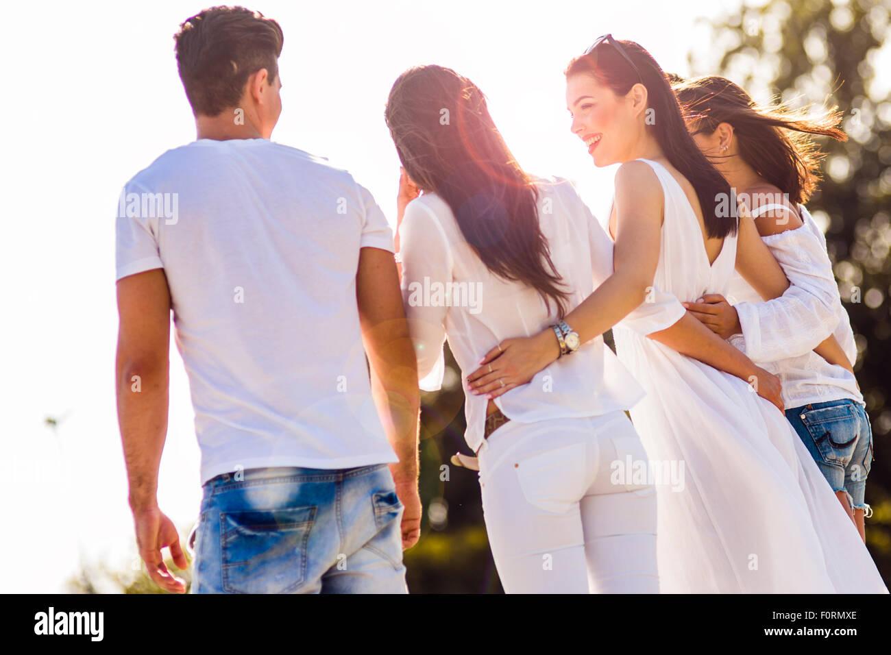 Un gruppo di giovani tenendo le mani sulla spiaggia come un segno di amicizia Immagini Stock