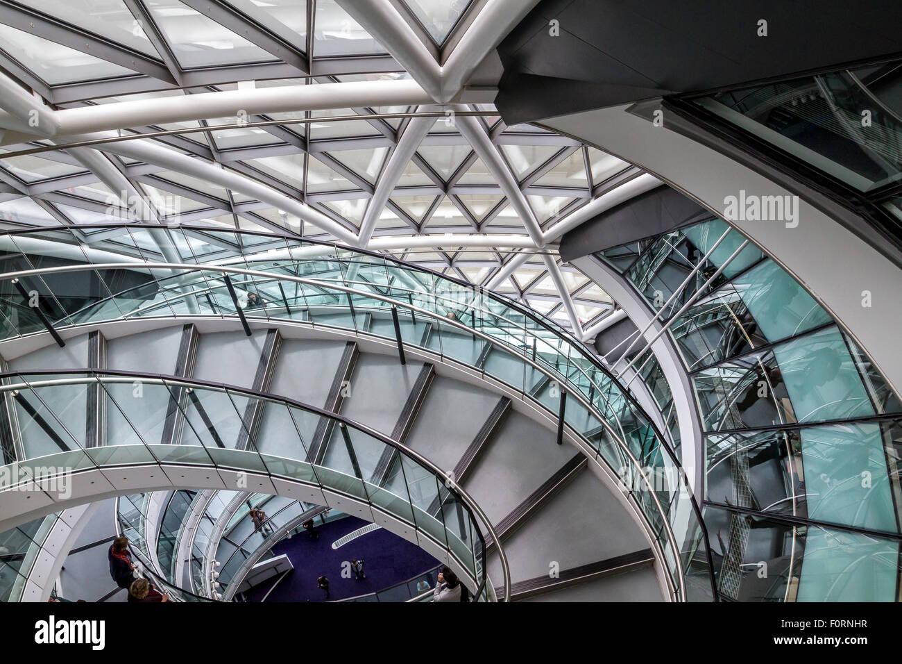 La scala interna di accesso al Municipio che è la sede della Greater London Authority (GLA) , Londra Immagini Stock