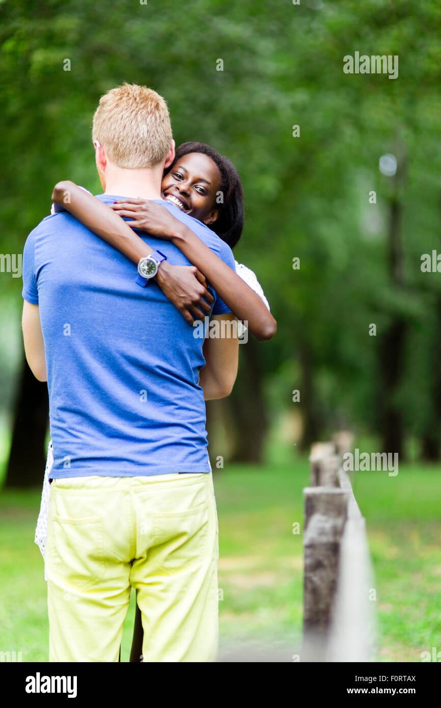Matura in amore abbracciando peacfully all aperto ed essere veramente felice. Sensazione di sicurezza e serenità Immagini Stock