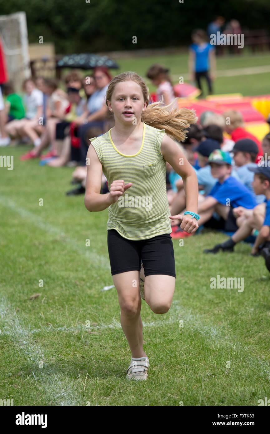 Ragazza giovane vincendo gara sprint Scuola di sport giorno Chipping Campden Regno Unito Immagini Stock