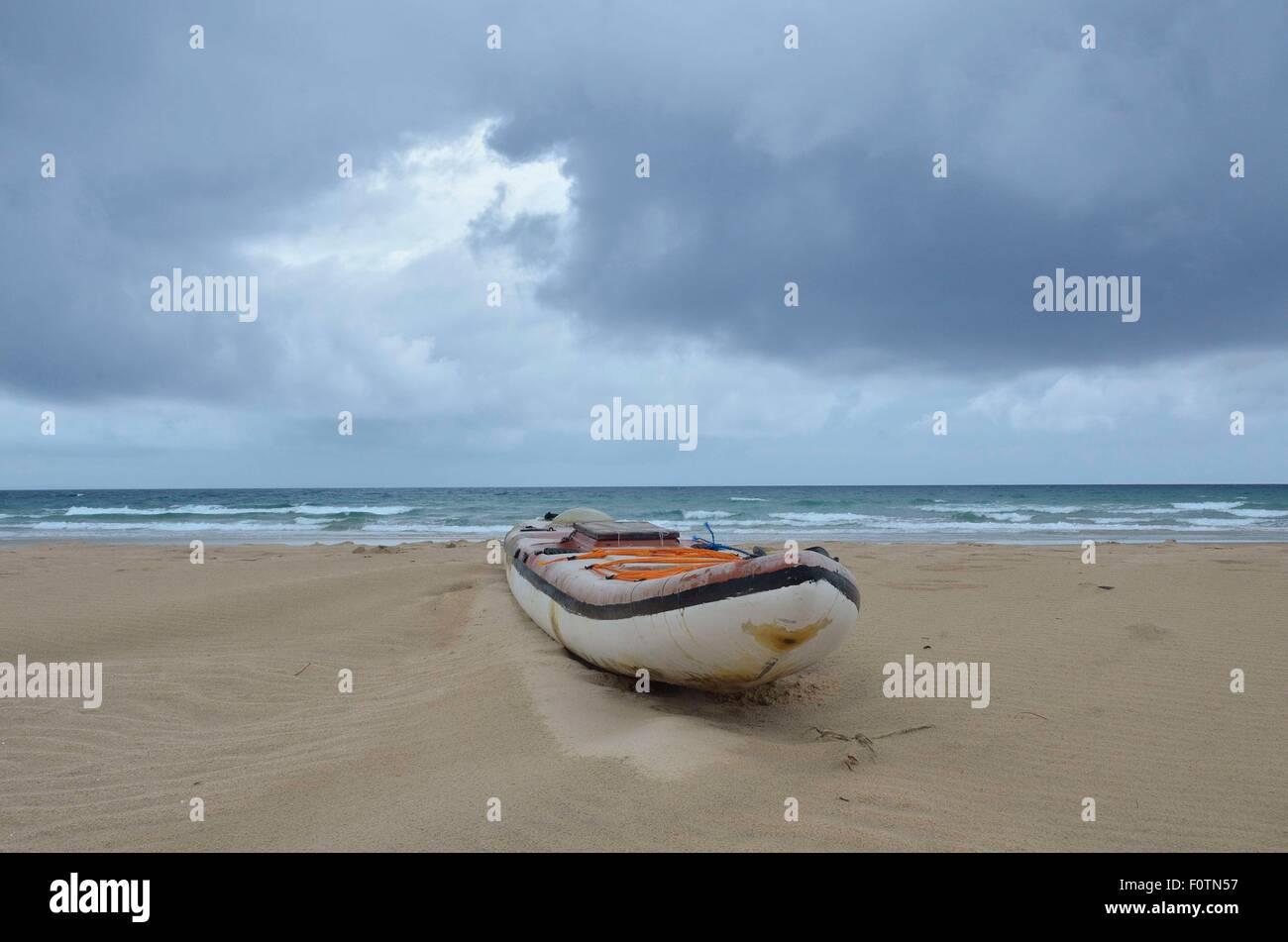 Il vecchio fatiscente barche da pesca che giace sulla spiaggia di Inhambane, Mozambico. Questi non sono sicuri e Immagini Stock