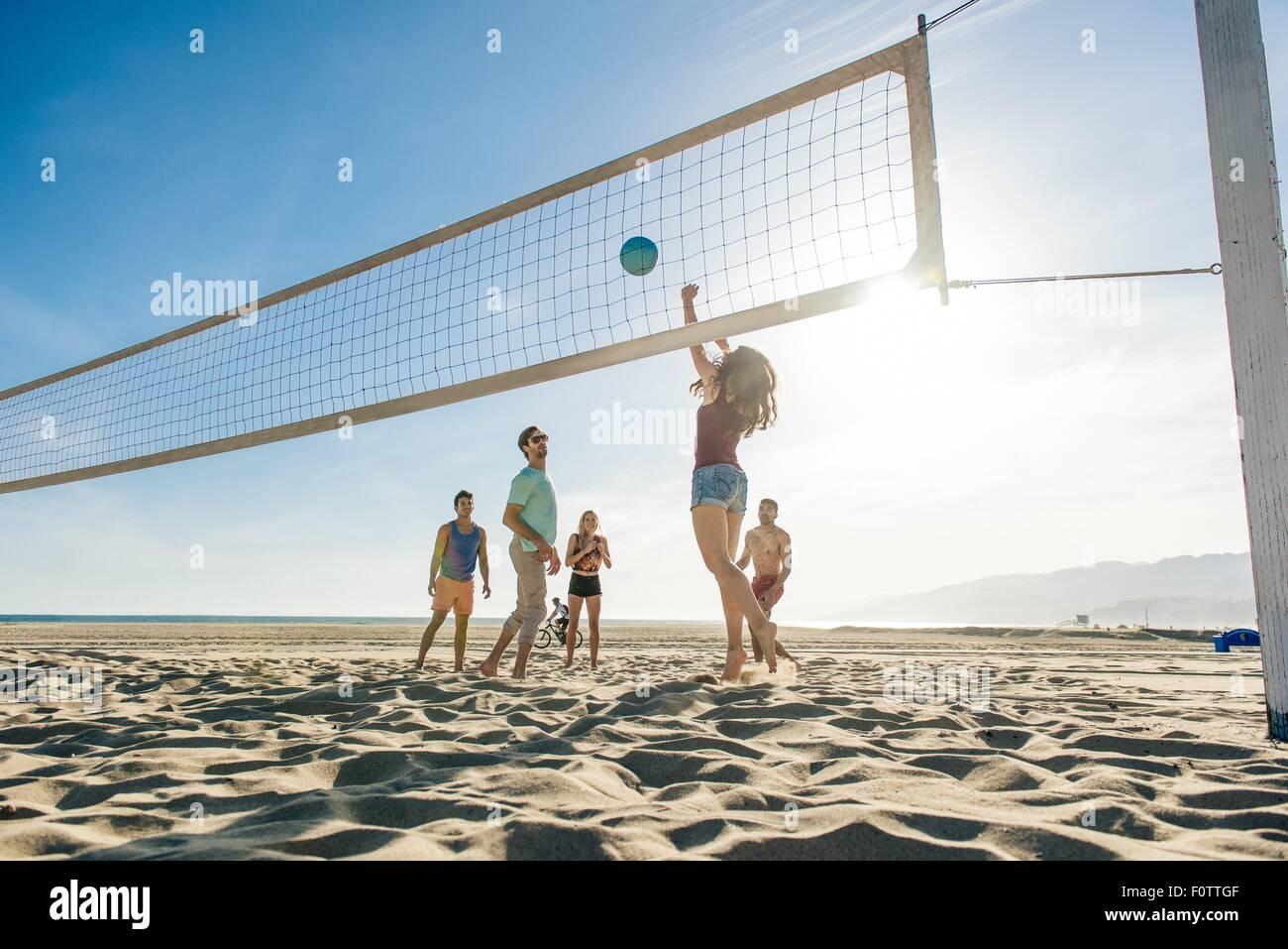 Gruppo di amici giocando a pallavolo sulla spiaggia Immagini Stock