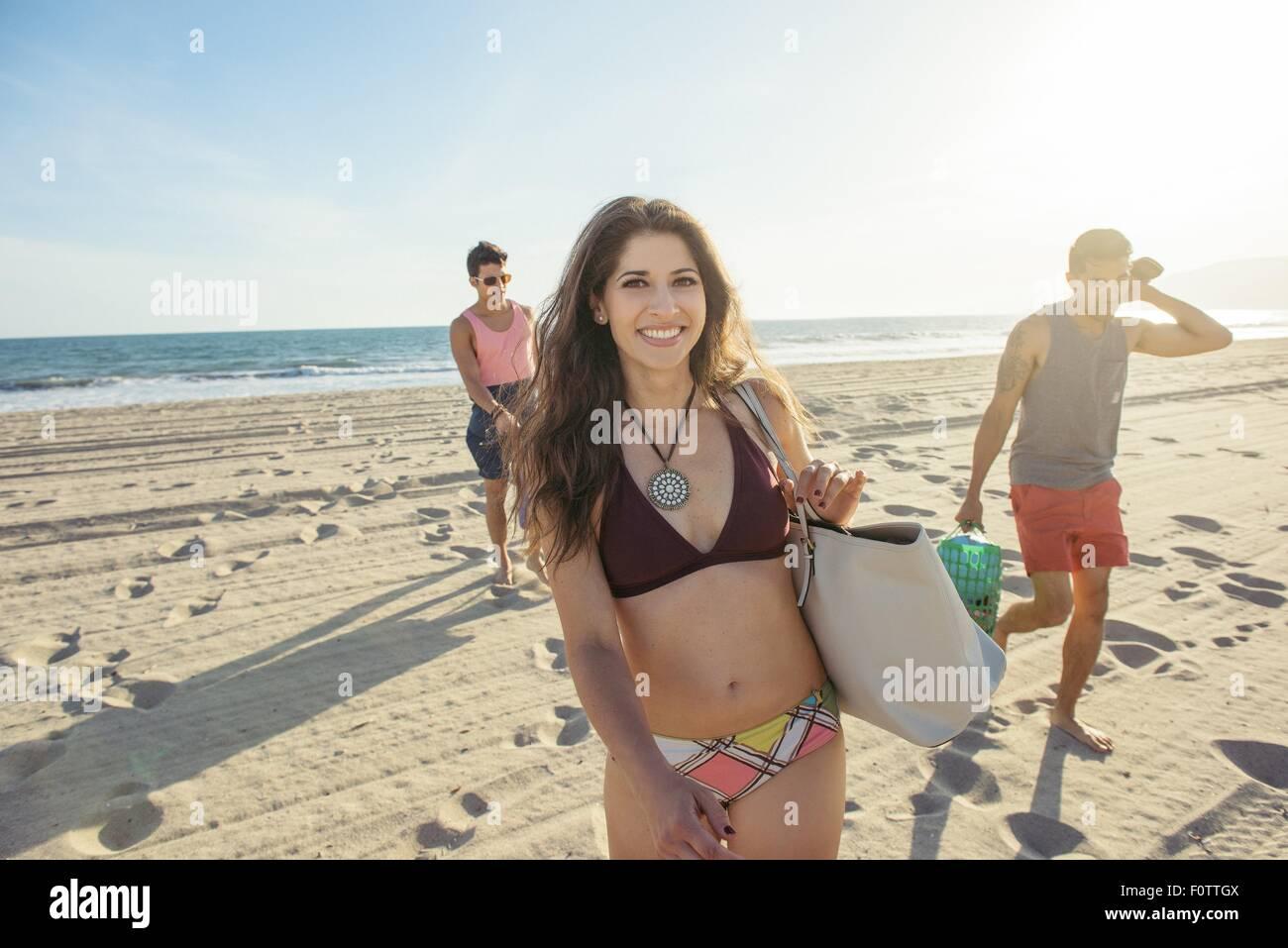 Gruppo di amici a piedi sulla spiaggia Immagini Stock