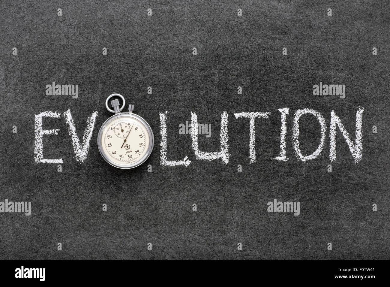 Evoluzione parola manoscritta su lavagna con vintage cronometro preciso utilizzato al posto di o Immagini Stock