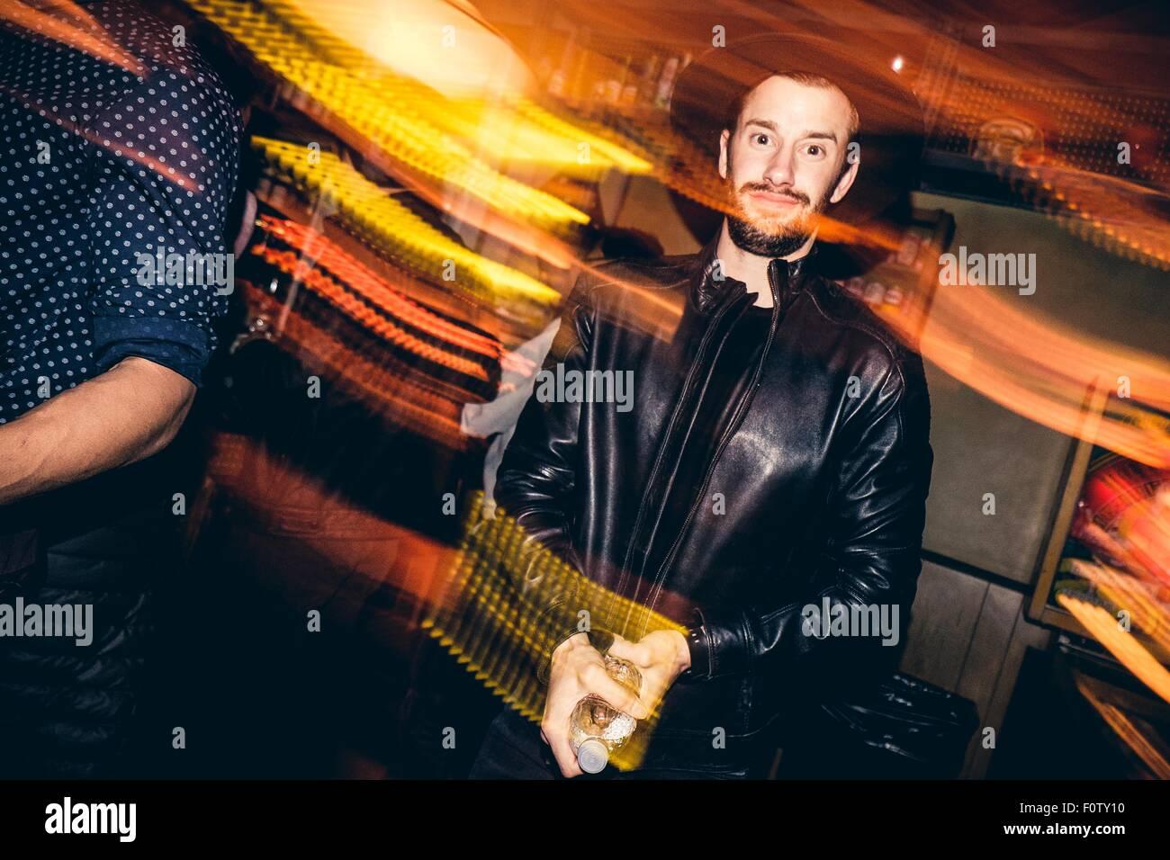 Ritratto di giovane uomo nel bar, movimento sfocato Immagini Stock