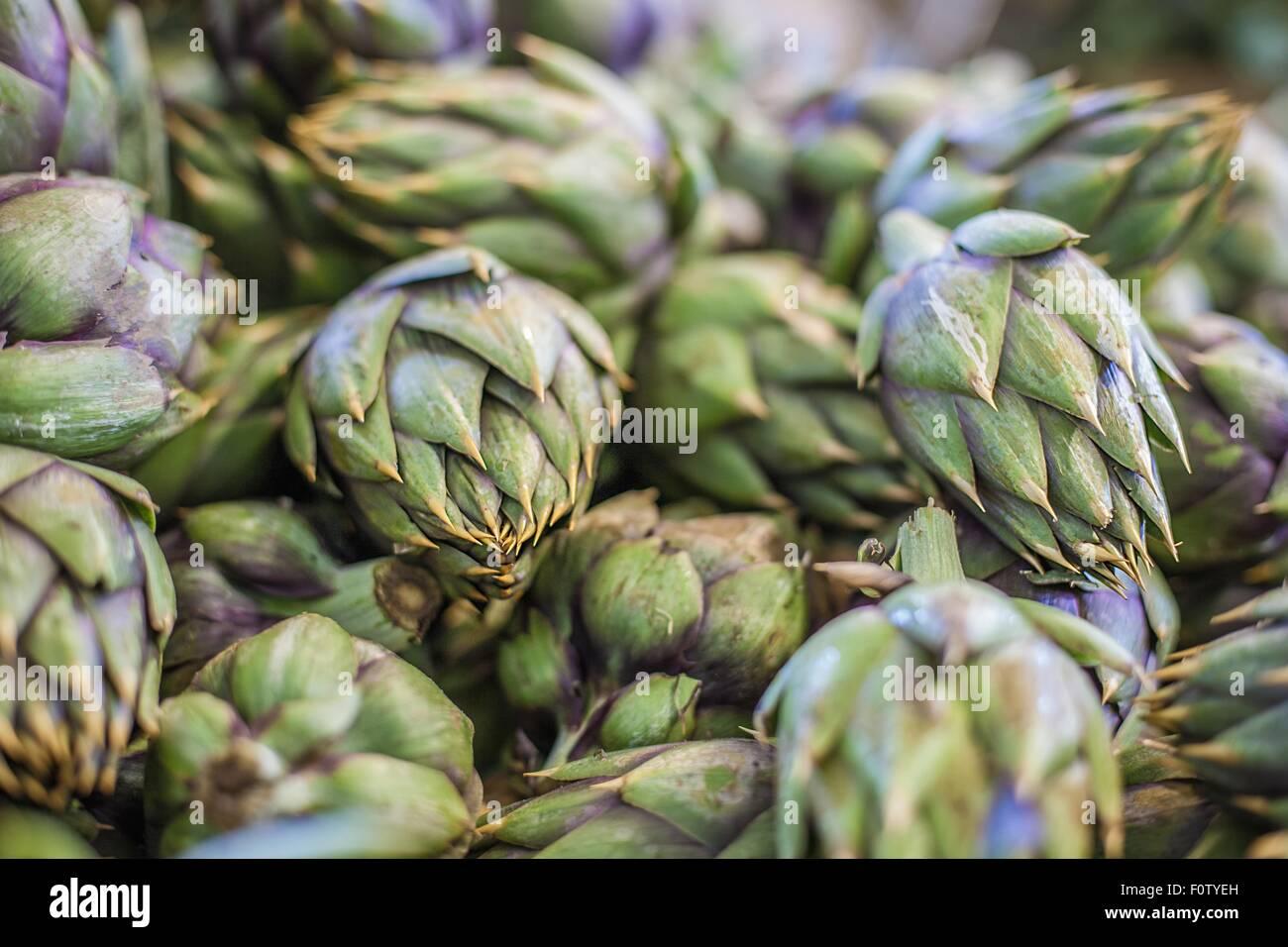 Pila di carciofi, full frame, close-up Immagini Stock