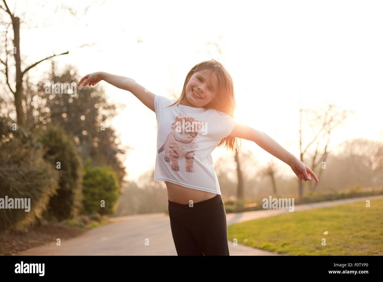 Ritratto di giovane ragazza nel parco, sorridente Immagini Stock