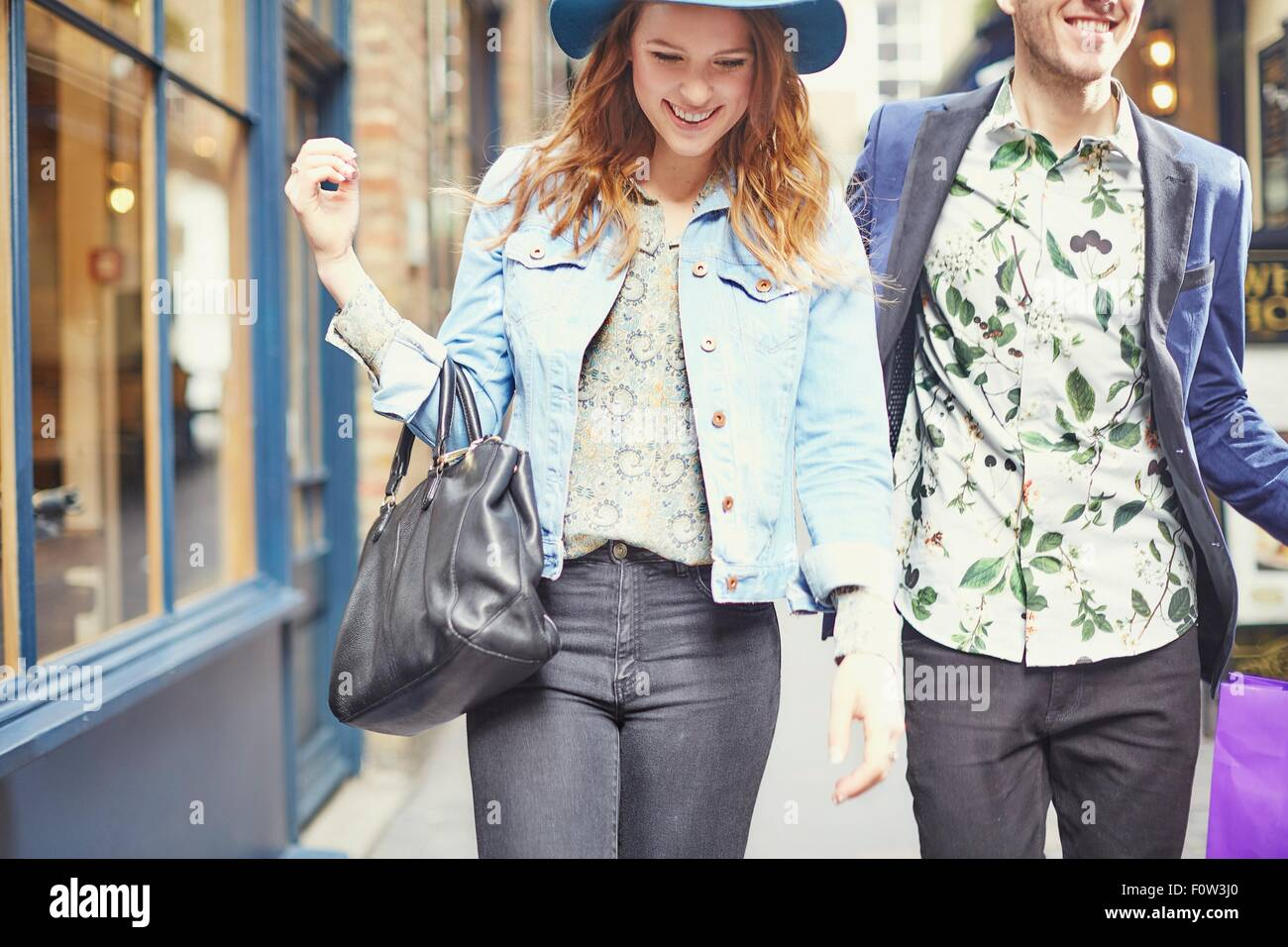 Vista ritagliata della coppia elegante da shopping di Londra, Regno Unito Immagini Stock