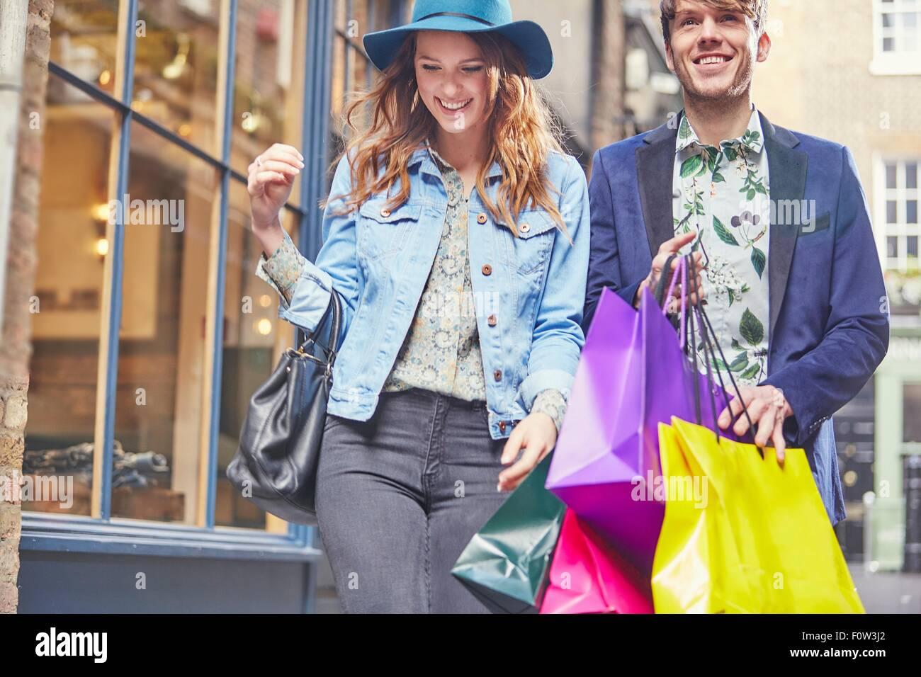 Elegante giovane su Shopping Spree, London, Regno Unito Immagini Stock
