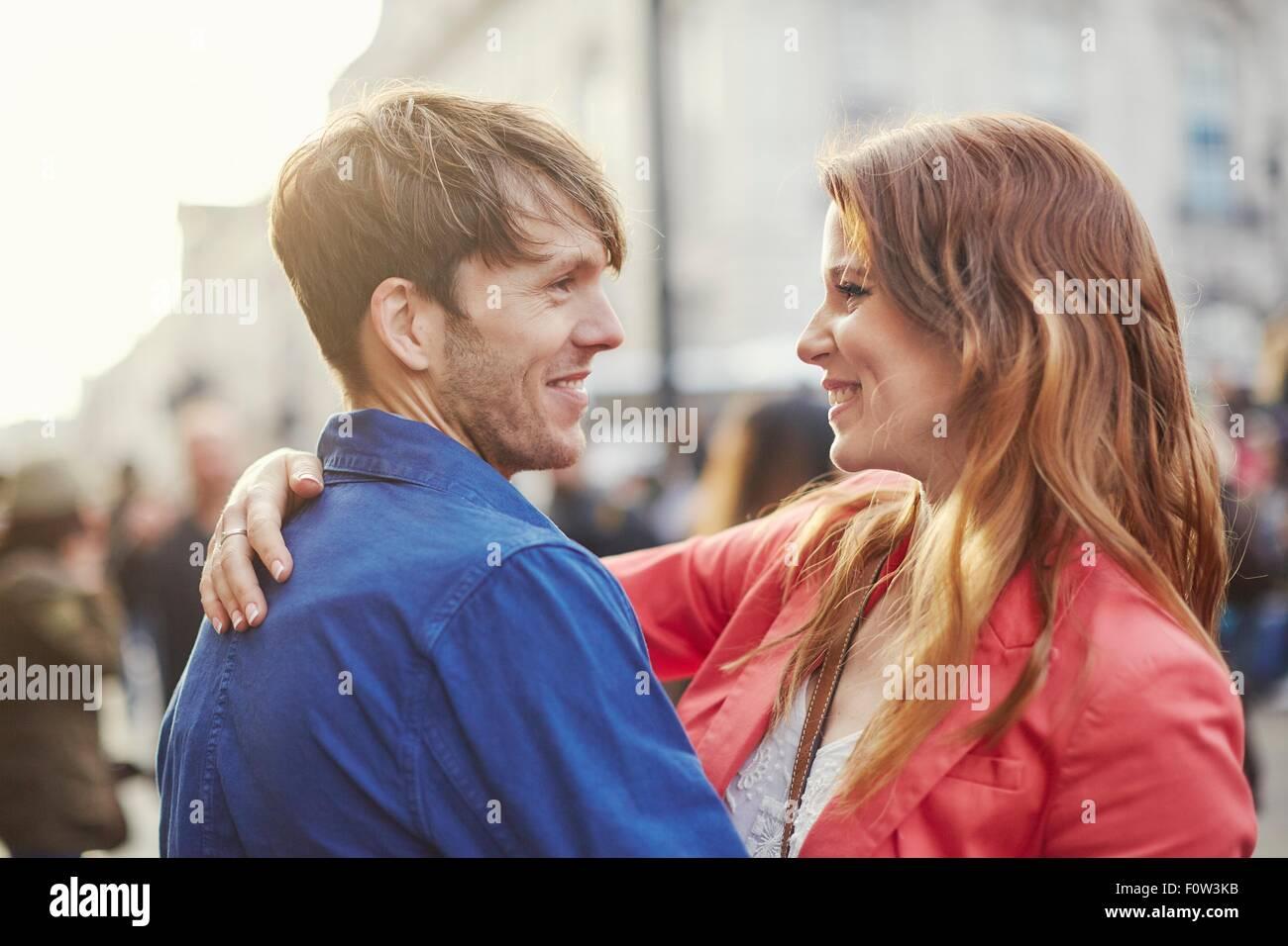 Coppia romantica faccia a faccia sulla Street, Londra, Regno Unito Immagini Stock