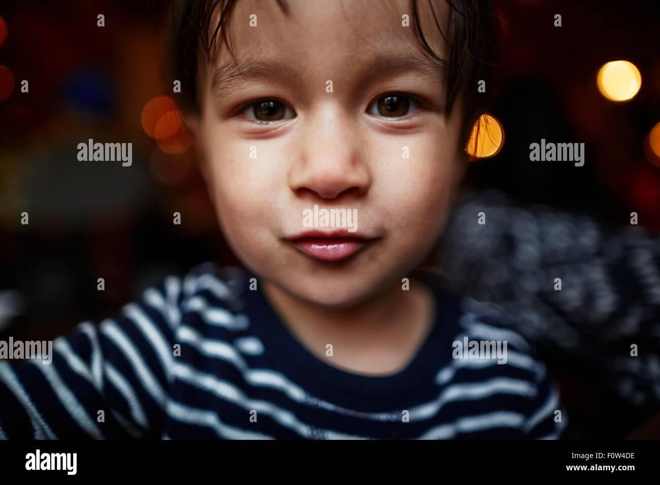 Ritratto di ragazzo che guarda in telecamera Immagini Stock