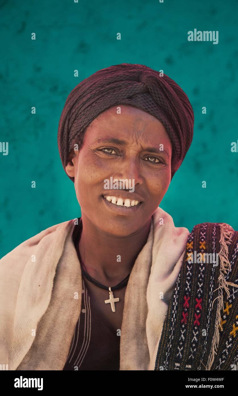Ritratto di sorridere Amhara donna che indossa turbante, Etiopia, Africa Immagini Stock