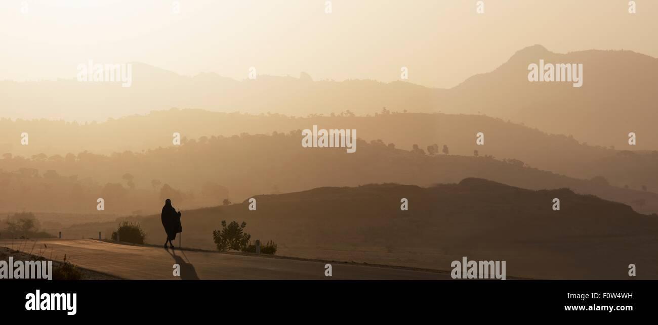 Vista posteriore del senior uomo in abbigliamento tradizionale che guarda oltre il paesaggio al tramonto, Etiopia, Immagini Stock