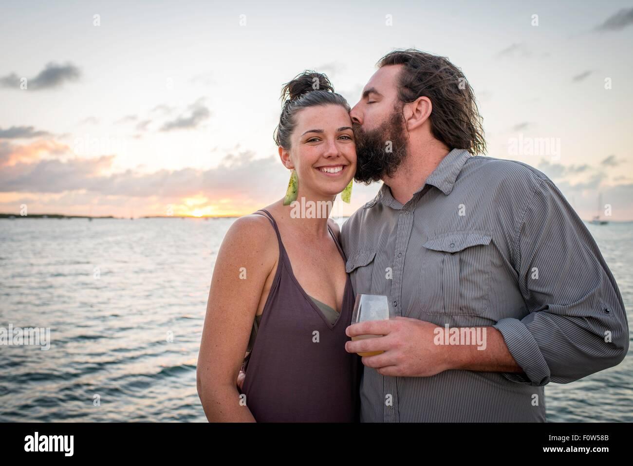 Uomo ragazza baciare sulla guancia a costa, Islamorada, Florida, Stati Uniti d'America Immagini Stock