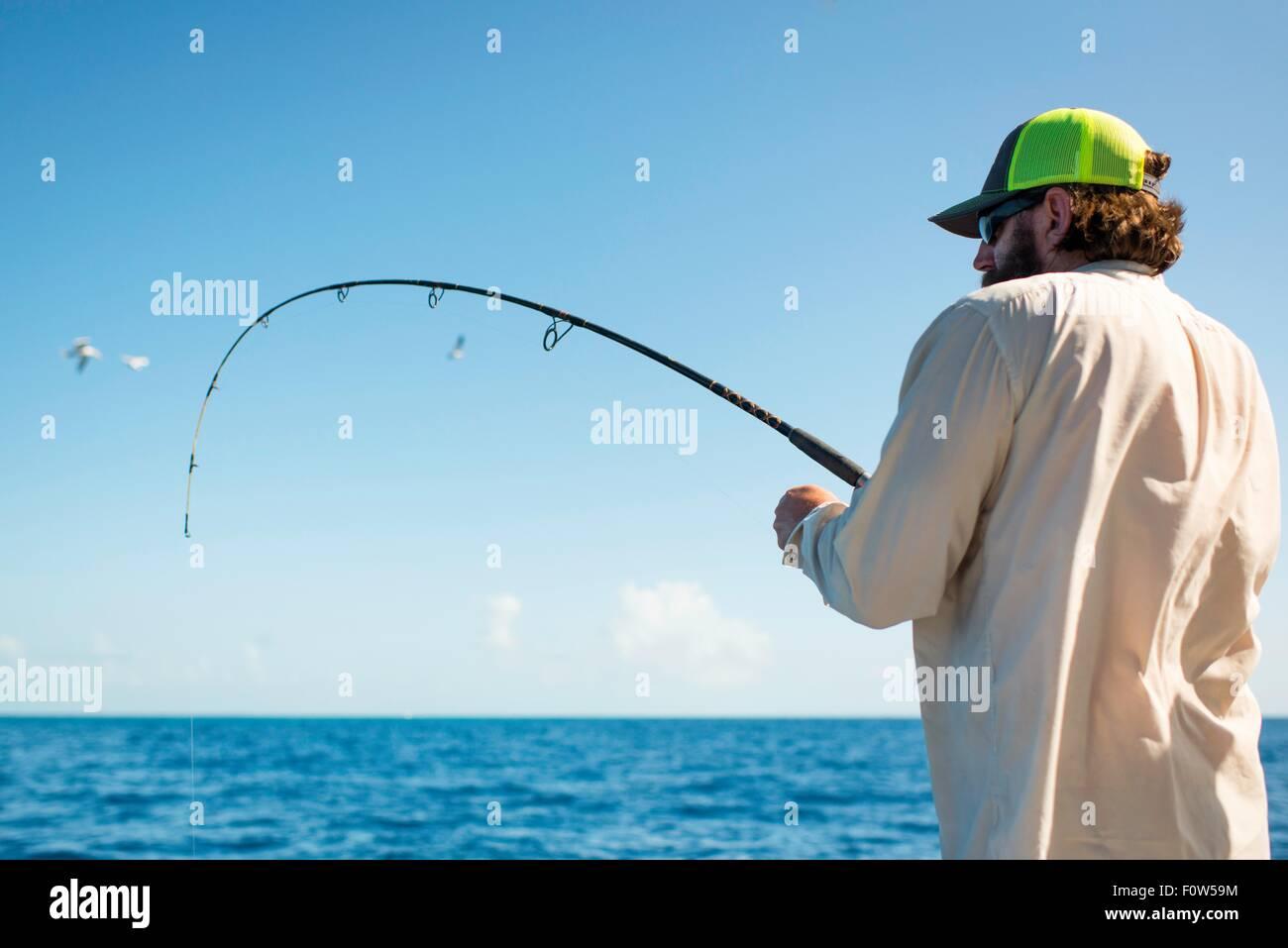 L'uomo la pesca in mare, Islamorada, Florida, Stati Uniti d'America Immagini Stock