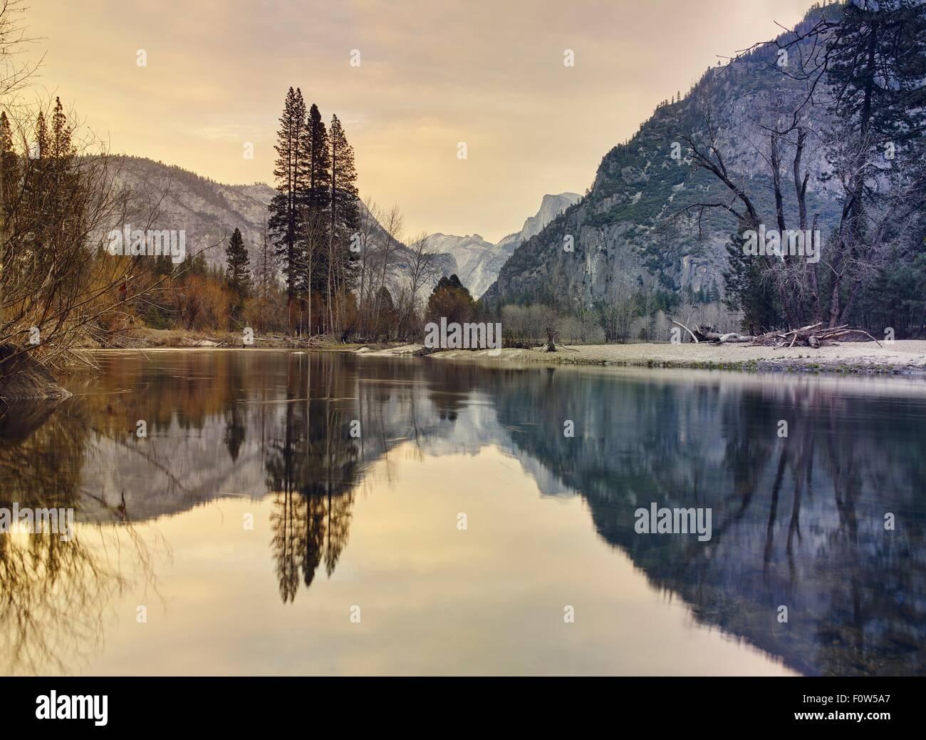 Montagne e lago, Yosemite National Park, California, Stati Uniti d'America Immagini Stock