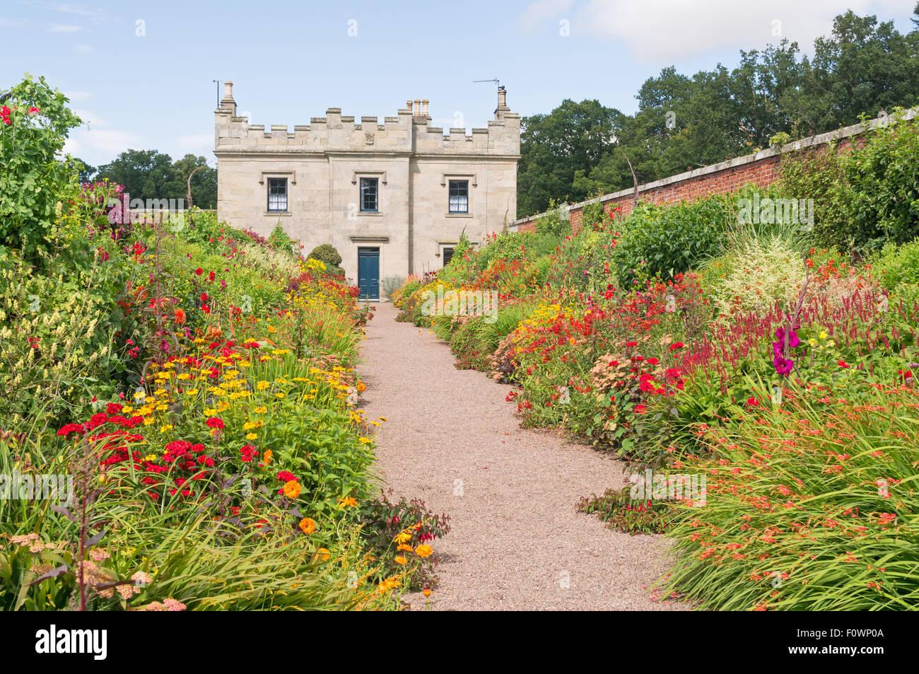 Flower border entro il giardino murato di piani Castello, a Kelso, Scottish Borders, Scotland, Regno Unito Foto Stock