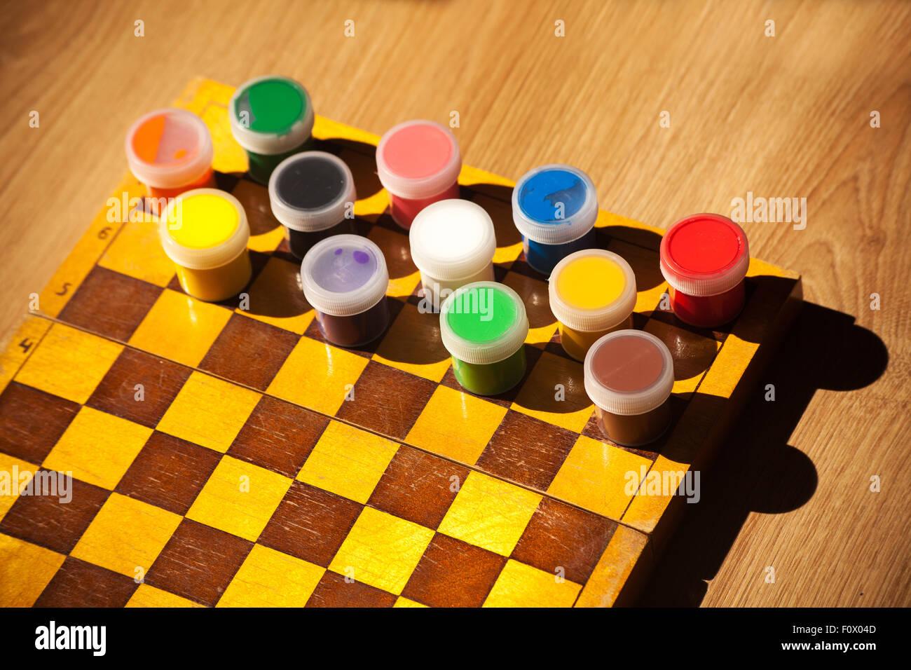 Acquerello colorati di vernice sulla scacchiera closeup Immagini Stock