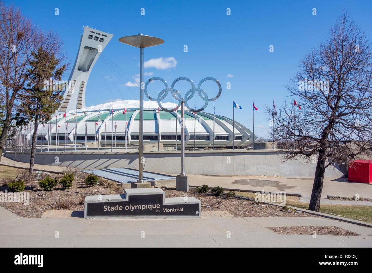 Montreal, lo Stadio Olimpico e gli anelli olimpici. Immagini Stock