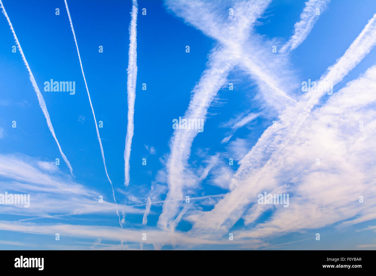 Vapore di condensazione sentieri (contrails) da motori a reazione per gli aerei, nel blu del cielo. Aerei o aereo Immagini Stock