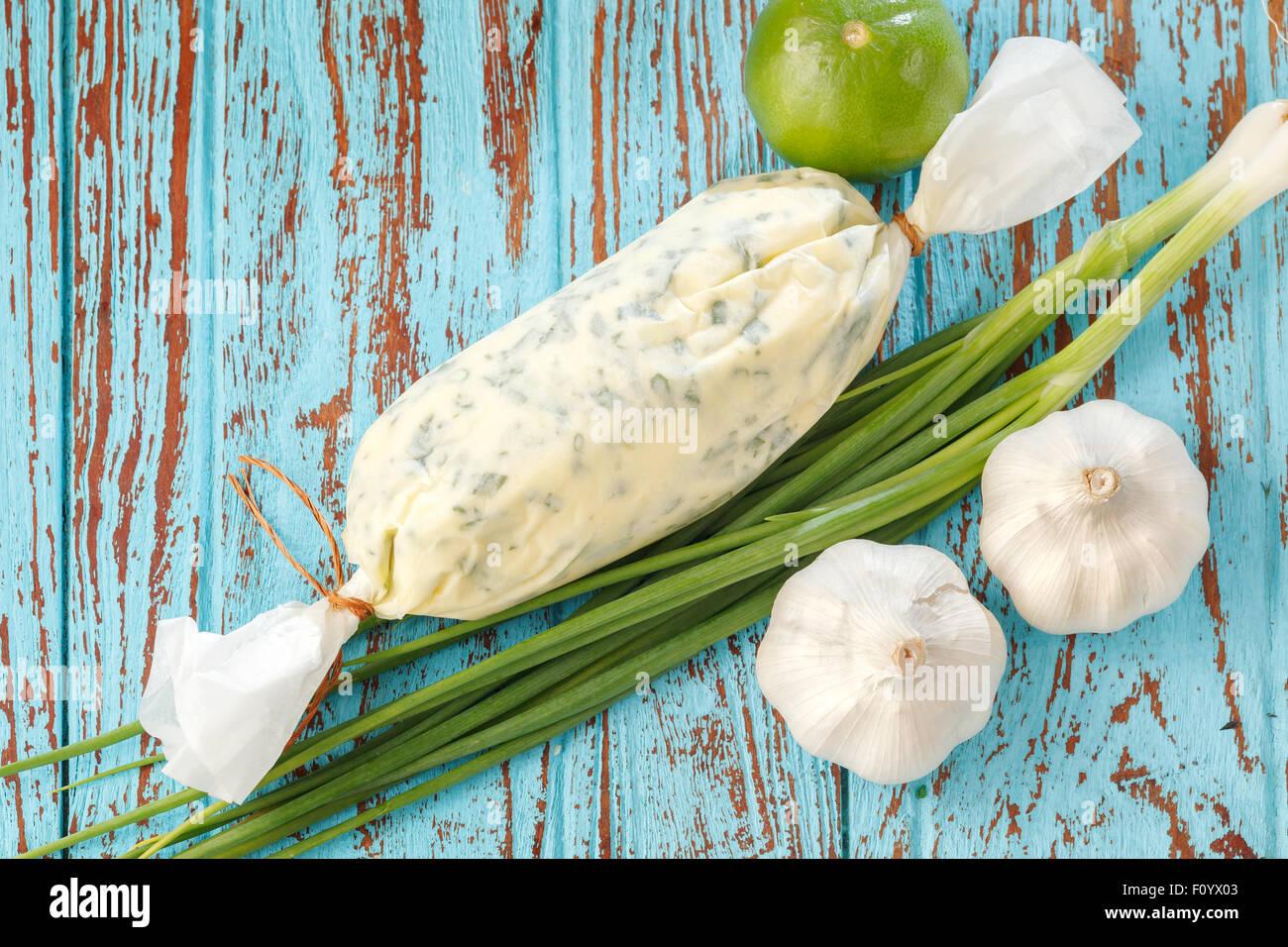Il composto di burro alle erbe ingredienti aglio coriandolo fresco di limone cipolla verde casalingo italiano cibo Immagini Stock