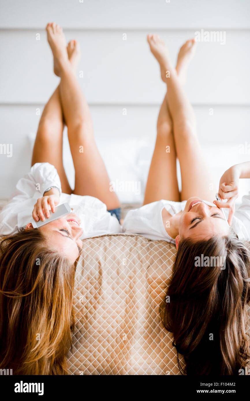 Lie immagini lie fotos stock alamy - A letto con due donne ...