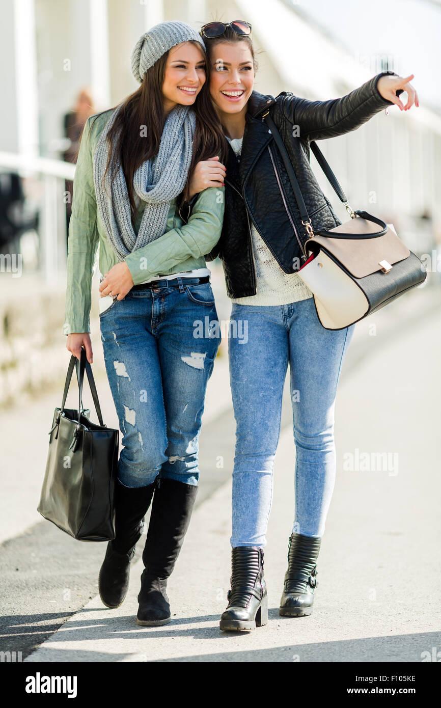 Due giovani donne belle passeggiate e shopping con espressioni di gioia Immagini Stock