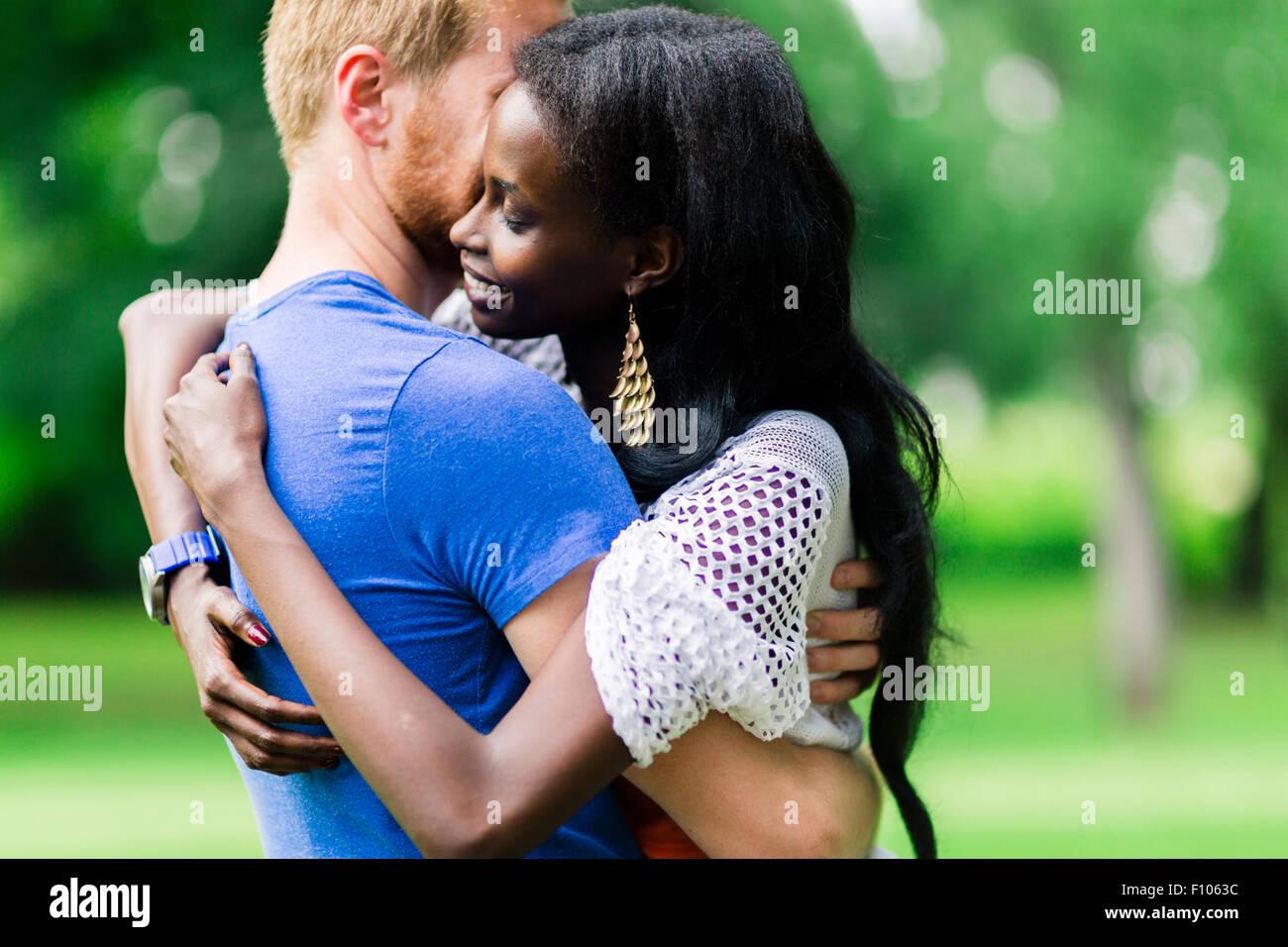 Matura in amore abbracciando pacificamente all'aperto e di essere veramente felici. Sensazione di sicurezza Immagini Stock