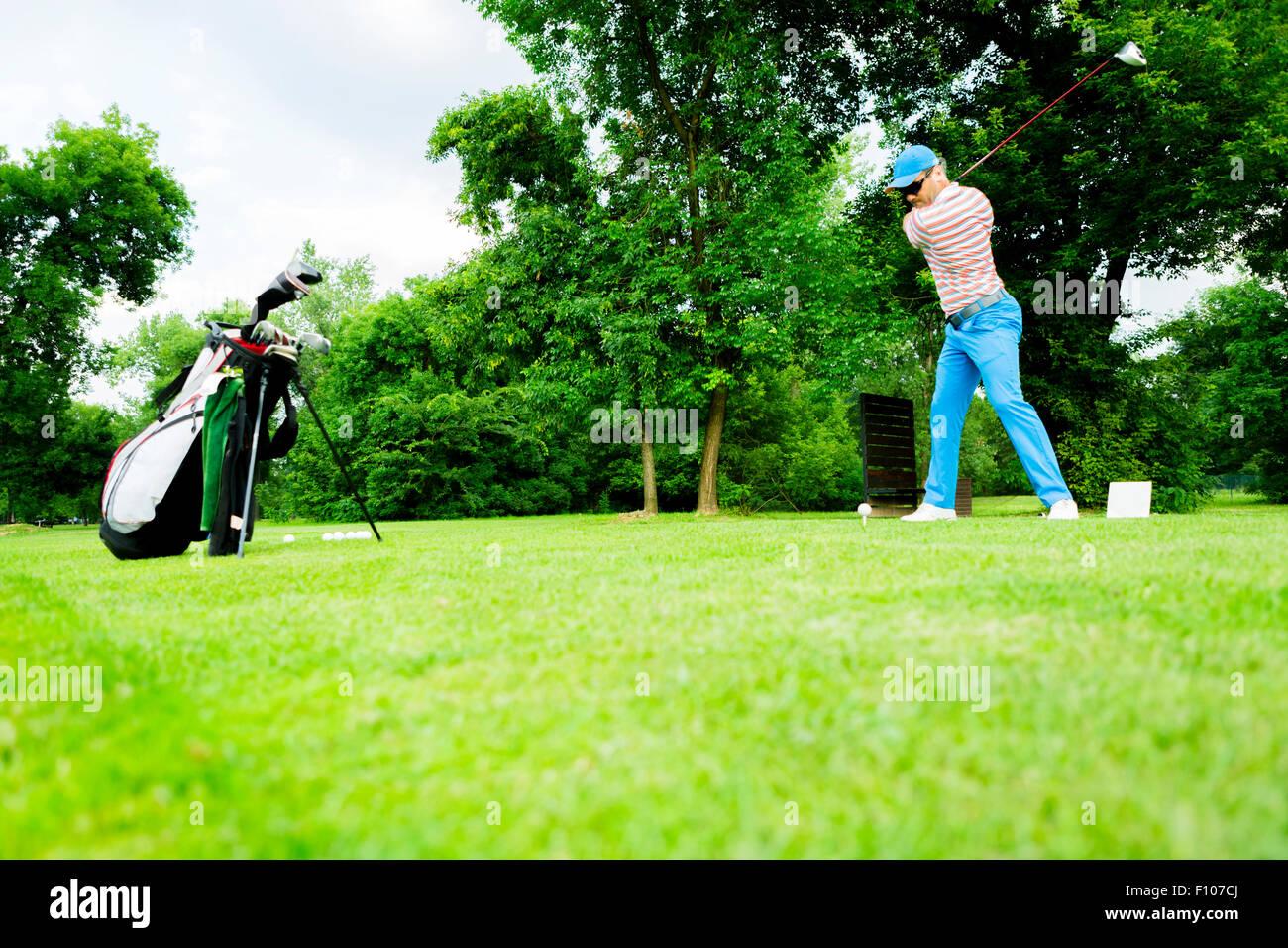 Il Golfer ottenere pronto a colpire il primo colpo lungo Immagini Stock