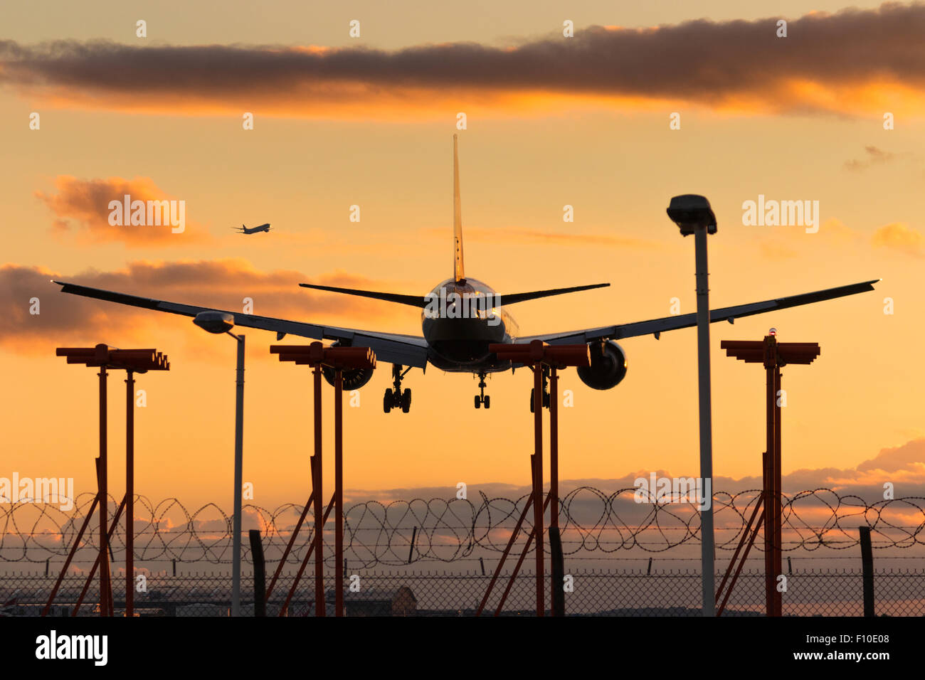 Un British Airways Boeing 777-200 ER Reg. G-VILL terre su Londra Heathrow la pista 27R. Immagini Stock