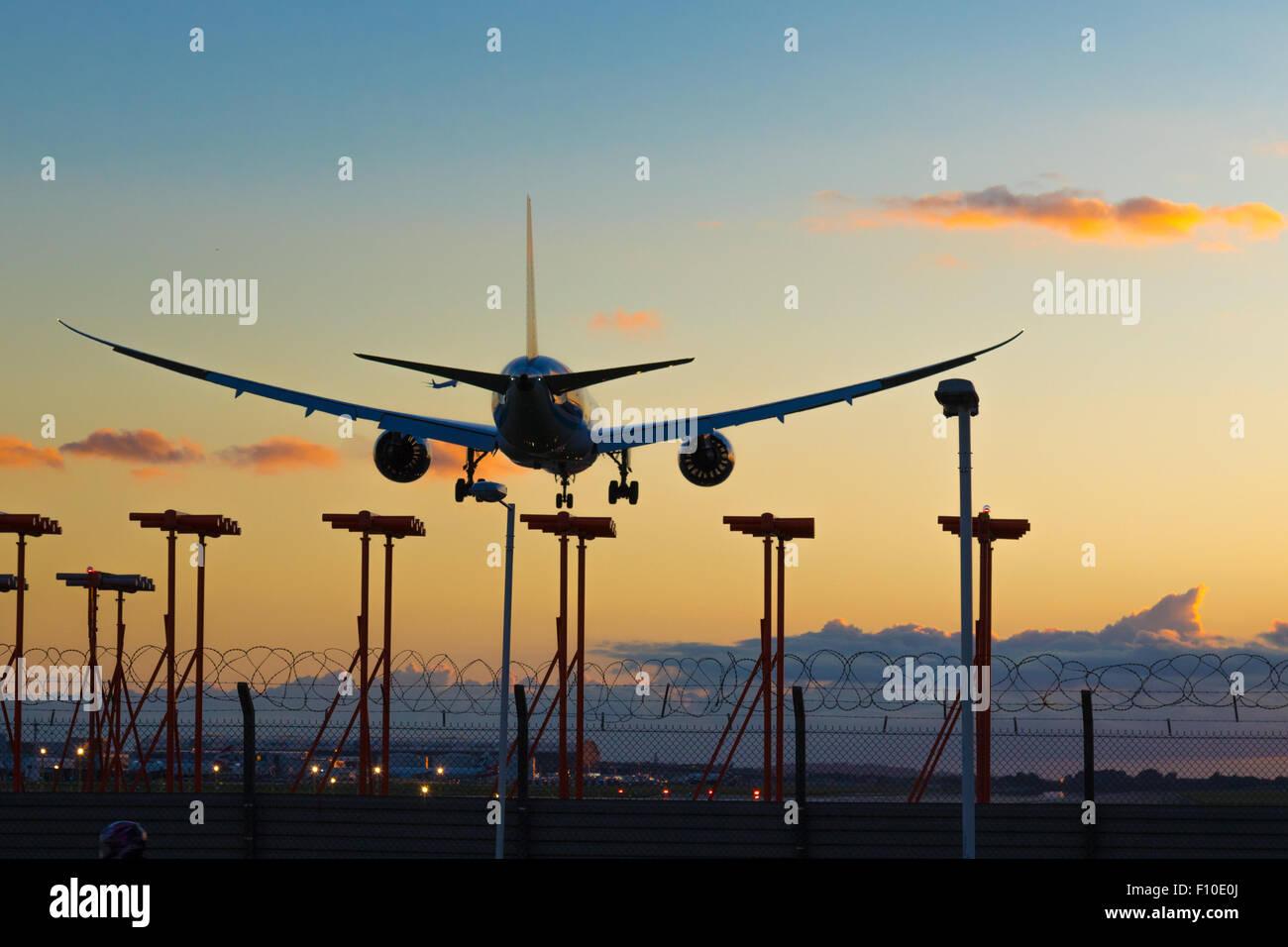 Azerbaigian Airlines Boeing 787-800 reg. VP-BBR terre su Londra Heathrow la pista 27R come nella distanza di un Immagini Stock