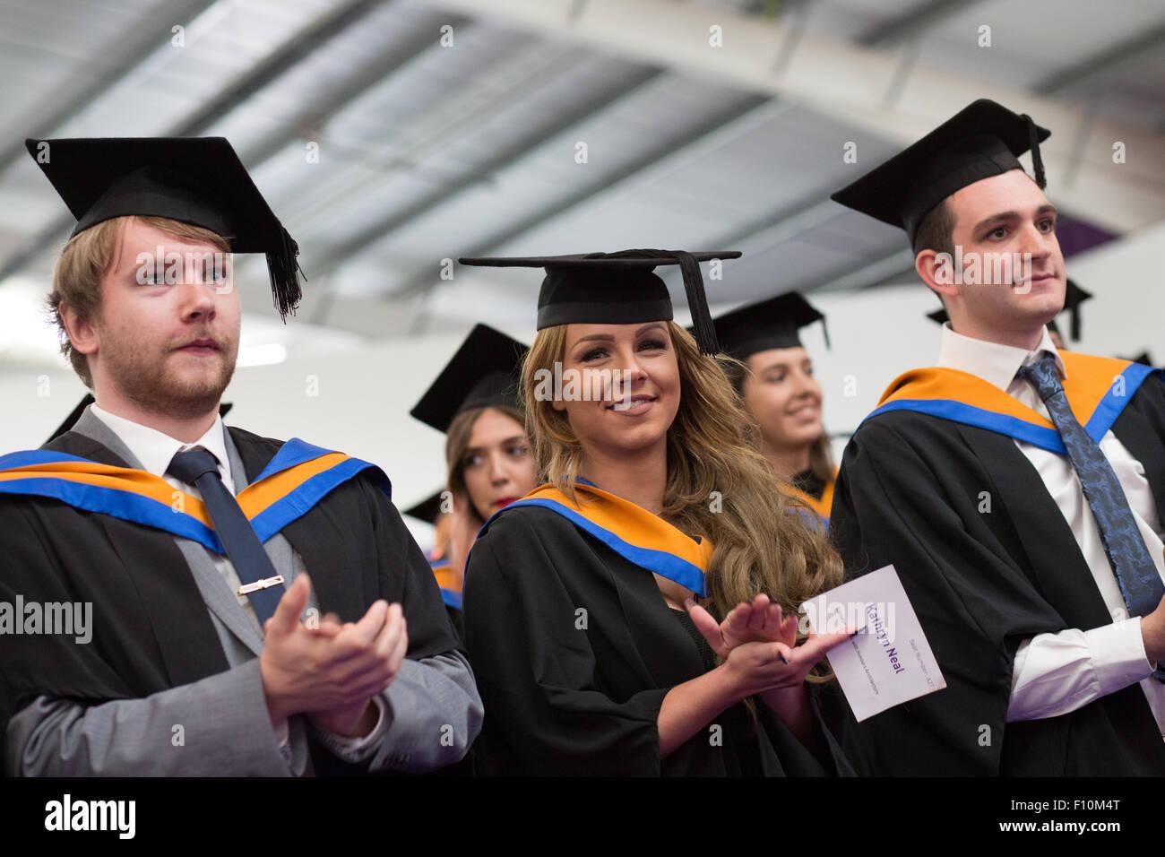 Gli studenti di laurea nel cappuccio e gli abiti Foto   Immagine ... 2c6d884ea0b3