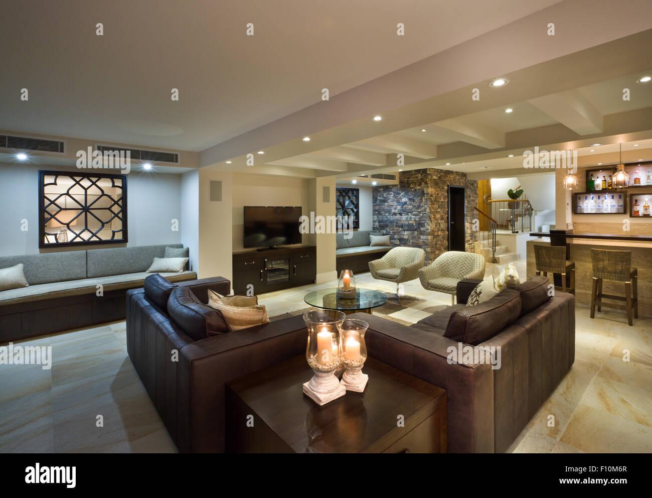 Moderno soggiorno con divani in pelle e un bar foto & immagine stock