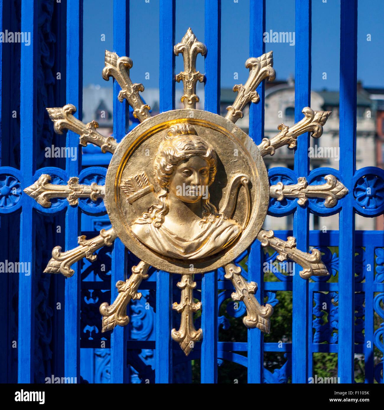 Medaglione dorato sul cancello per Lusthusporten mansion nel Djurgarden, Stoccolma, Svezia Immagini Stock