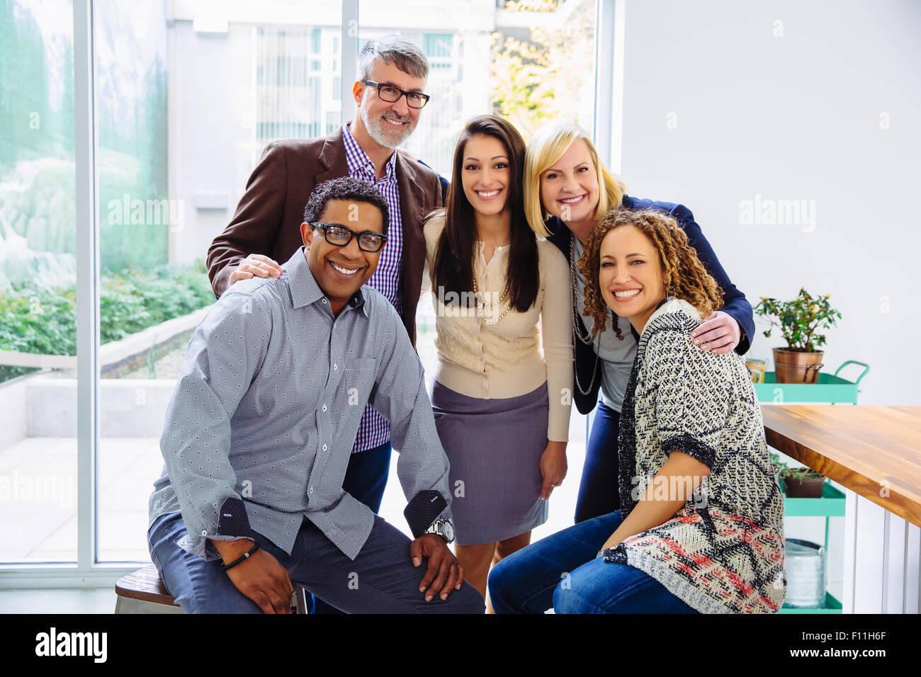 La gente di affari sorridente in ufficio Foto Stock