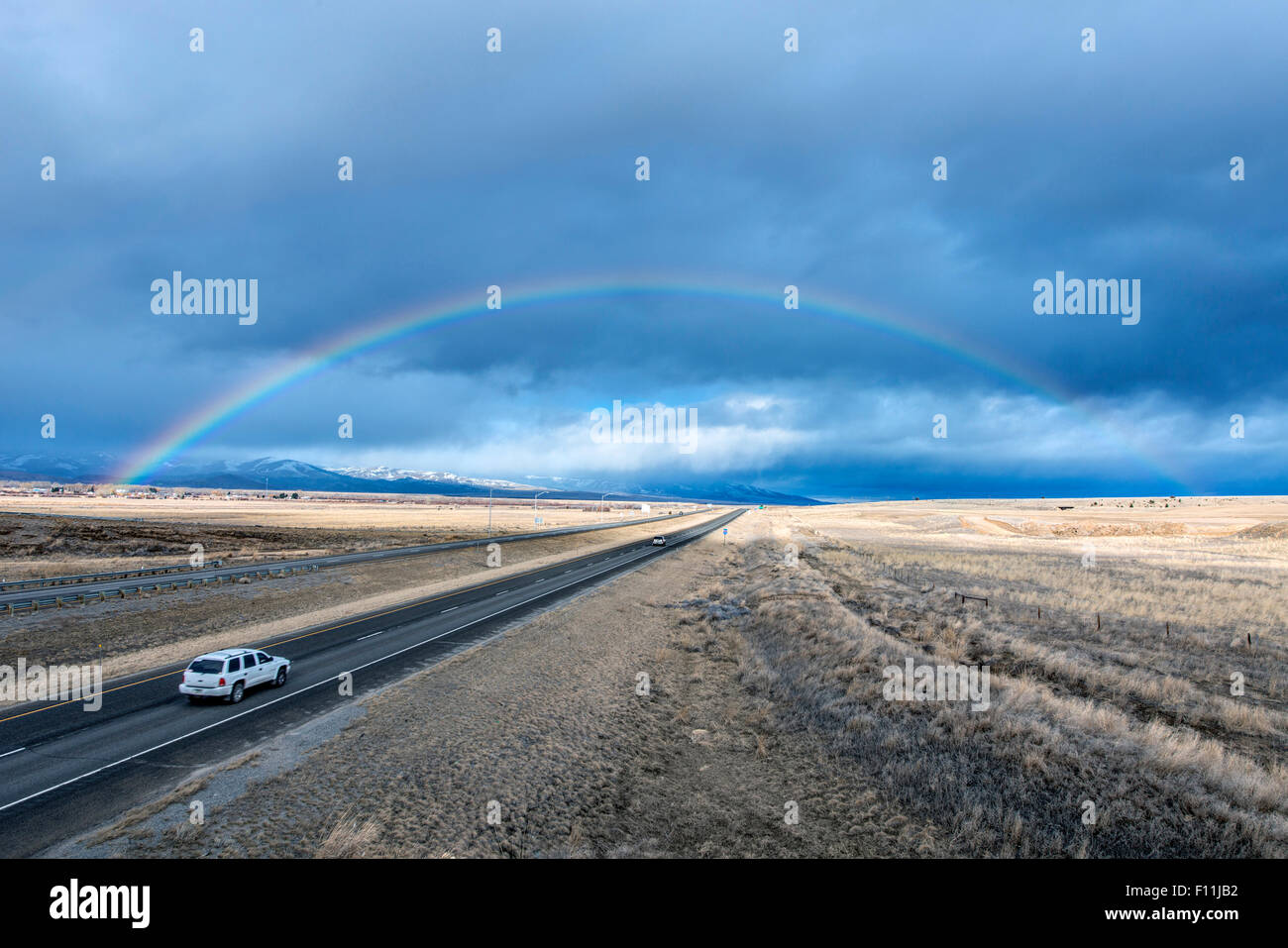 Angolo di alta vista di auto al Rainbow su strada in remoto Immagini Stock