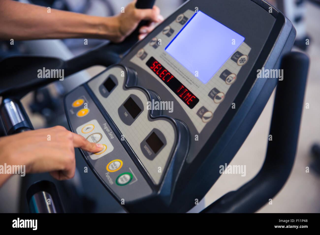 Closeup ritratto di interfaccia della macchina fitness in palestra Immagini Stock