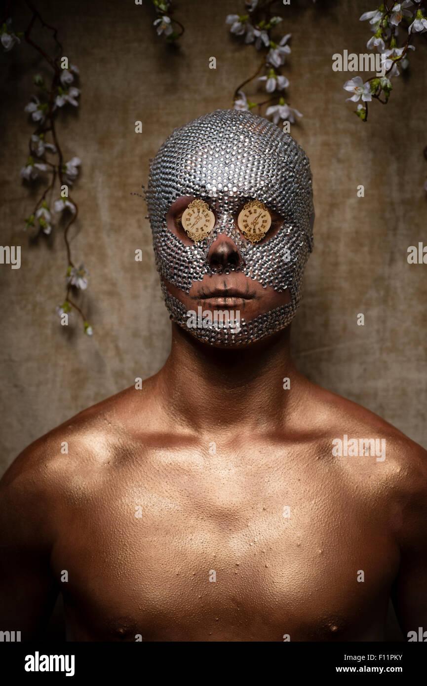 'Day dei morti' tema ritratto - un giovane uomo con cristallo di paillettes incollato al suo volto e mini Immagini Stock