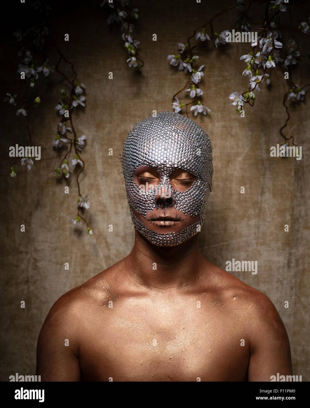 'Day dei morti' tema ritratto - un giovane uomo con cristallo di paillettes incollato al suo volto e con Immagini Stock