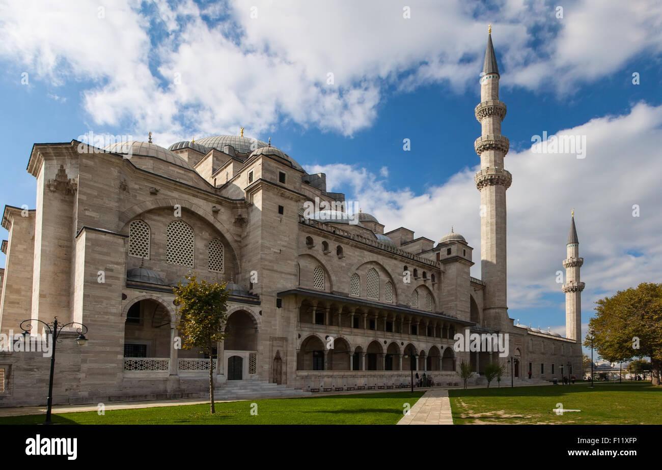 Esterno della Moschea Suleymaniye in giornata estiva, Istanbul, Turchia Immagini Stock