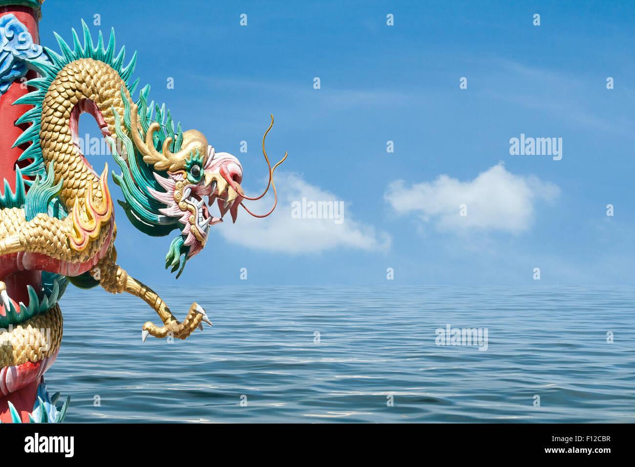 Stile cinese dragon statua sul cielo e mare Immagini Stock
