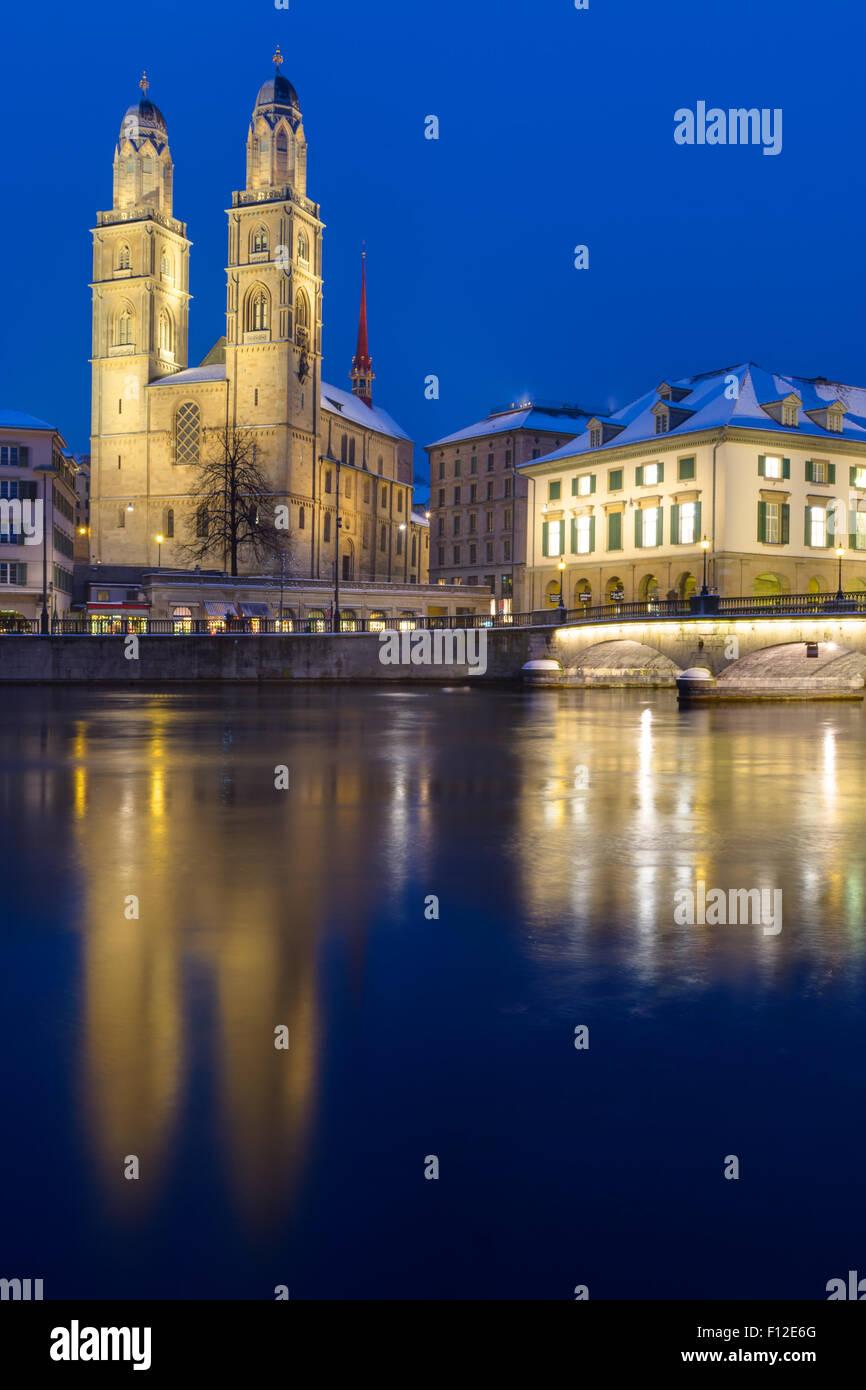 Il Ministro a Zurigo illuminata di notte Immagini Stock